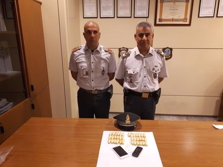 Trasporta 37 ovuli di morfina in pancia, arrestato corriere a Elmas