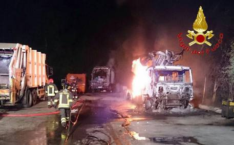 Incendiati 7 mezzi dei rifiuti a Dorgali