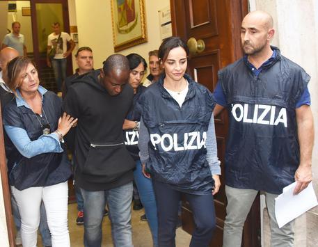 Guerlin Butungu mentre viene portato in carcere © ANSA