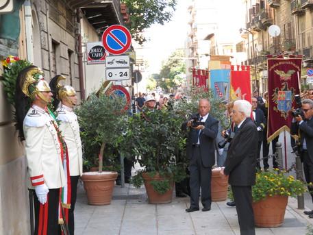 Mattarella depone corona di fiori in ricordo dell'omicidio di Dalla Chiesa$