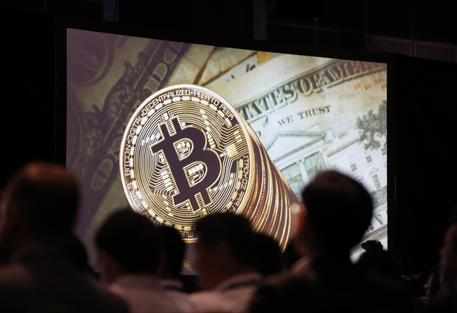 Il Bitcoin sfiora quota 11mila dollari: nuovo record
