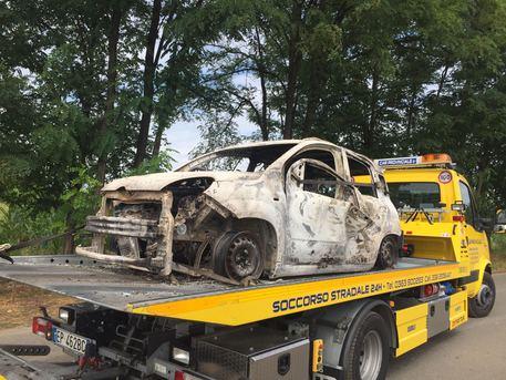 Nell'auto un corpo carbonizzato: giallo a Pognano