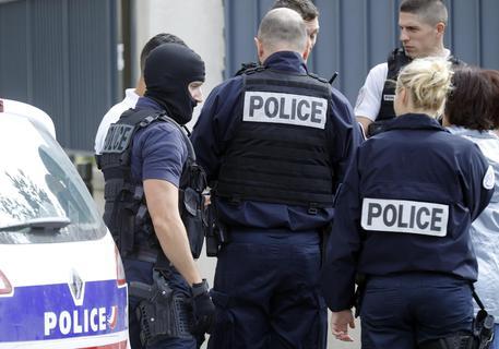 Parigi, accoltella 4 persone per strada: un morto. Ucciso l'assalitore