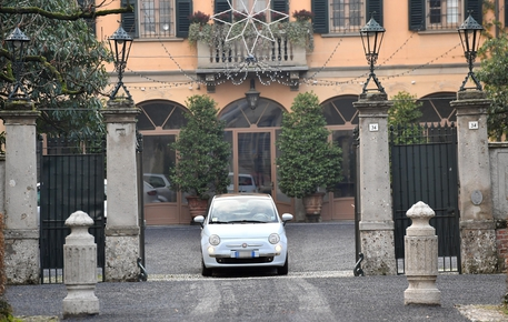 Il candidato presidente della Lombardia per il centrodestra, Attilio Fontana, esce in auto da villa San Martino ad Arcore dove ha incontrato il presidente di Forza Italia Silvio Berlusconi © ANSA