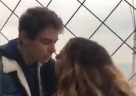 La ragazza che cerca sui social lo sconosciuto baciato sulla Tour Eiffel