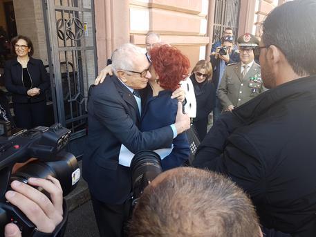 Fedeli a Sassari, abbraccia predecessore