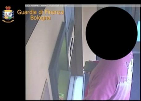 Bologna, riscuotevano la pensione dei parenti morti: