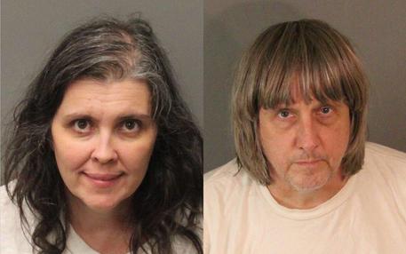 Orrore in California: 13 figli affamati e incatenati da coppia