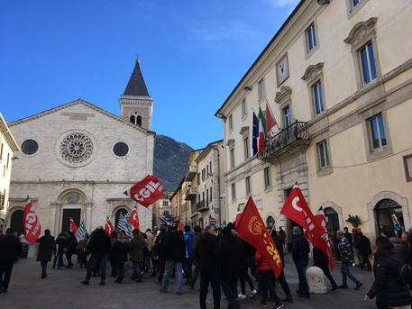 Gualdo Tadino, gli operai Tagina scendono in piazza: