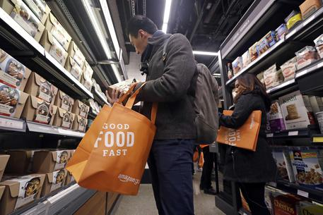 Spesa all'interno di Amazon Go © AP