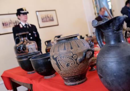 Confiscati reperti etruschi e romani piemonte for Vasi antichi romani