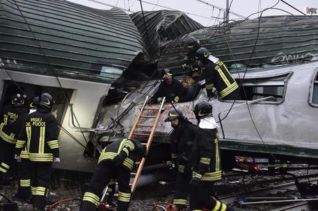 Tragedia sui binari: deraglia treno per Milano, morti e 100 feriti