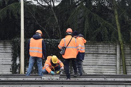 Operai Rfi effettuano rilievi sulla linea ferroviaria sottoposta a sequestro © ANSA