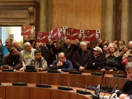 Terni, consiglio comunale sospeso, polizia separa consiglieri e cittadini, Palazzo Spada occupato