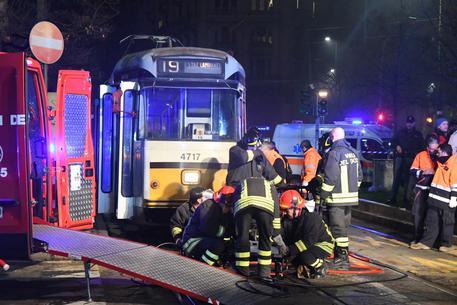 Milano, grave 19enne investita dal tram