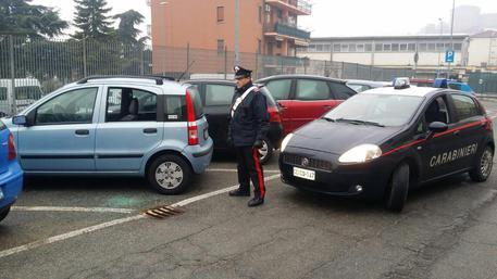 Nichelino Torino, accoltella il convivente e tenta suicidio