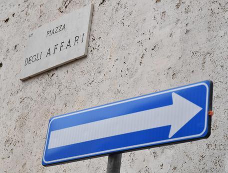 20a0d2e044 Borsa: Milano gira in calo, pesa Eni. Giù Nexi, corsa di Tenaris e  Unicredit, spread risale a 258