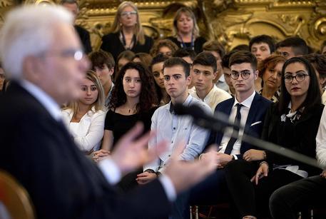 Il presidente della Repubblica Sergio Mattarella in occasione dell'incontro con alcune scolaresche  delle Scuole Secondarie di II grado © ANSA
