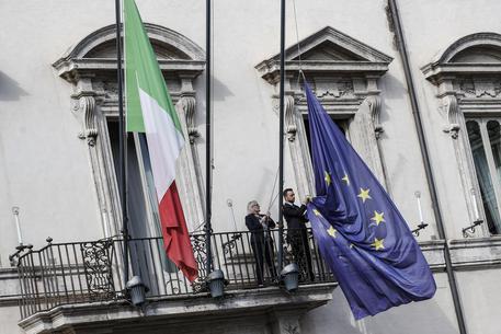 La bandiera italiana e quella dell'Ue a Palazzo Chigi ieri durante la discussione della manovra in cdm