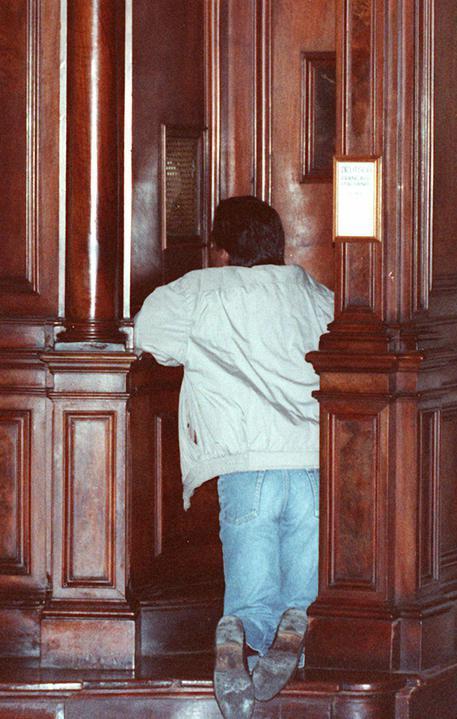 Un fedele si confessa (foto d'archivio) © ANSA