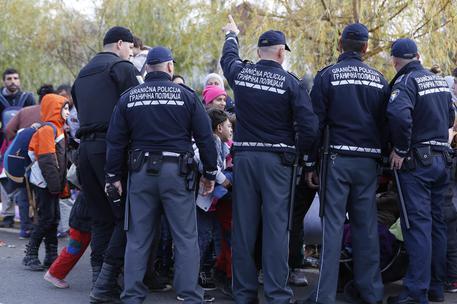 Migranti al confine croato, sfondato cordone di polizia