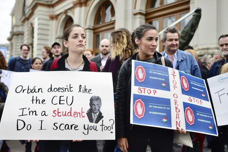 Central European University, Orban ha vinto: l'università di Soros lascia Budapest