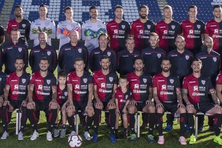 Cagliari,foto squadra con piccoli tifosi