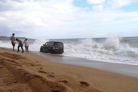 Maltempo: Land Rover travolta da onde