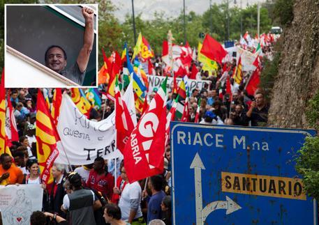Una combo con il saluto di Lucano al corteo e alcuni manifestanti © ANSA