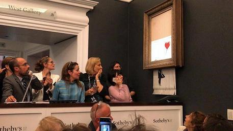 Londra, un quadro di Banksy si autodistrugge a un'asta