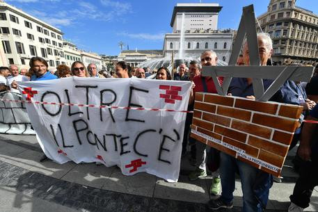 Crollo ponte: sfollati in piazza, 'Basta immobilismo' © ANSA