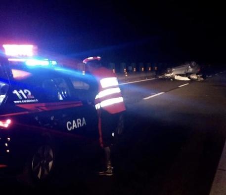 Auto contro guardrail su SS131, un morto