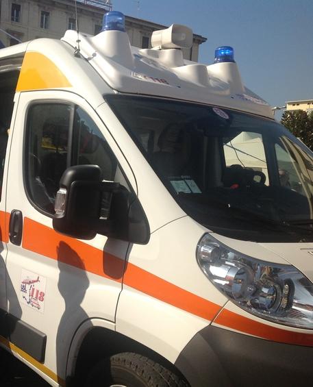 Un'ambulanza del 118 © ANSA