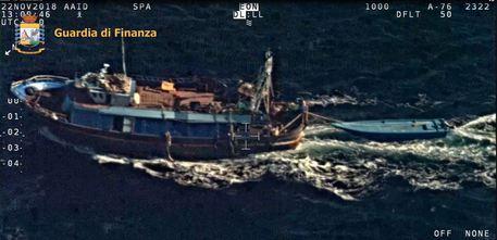 Migranti, motopesca traina barcone di clandestini$