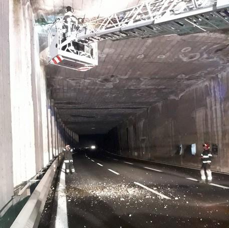 Riaperto il tunnel nella Carlo Felice dopo la caduta di calcinacci