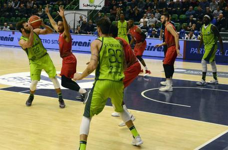 Basket, Sassari batte Leicester 95-60
