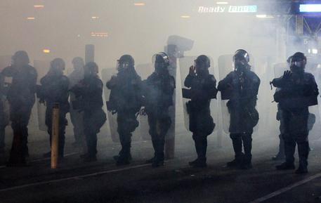 Usa, gas lacrimogeni contro i migranti al confine col Messico