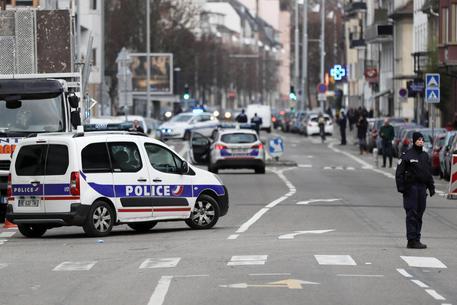 2 feriti in francese moschea di attacco, il sospetto in custodia