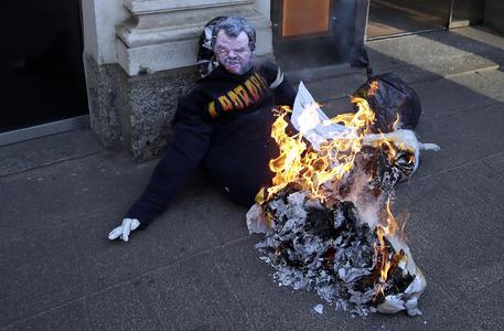 Studenti a Milano bruciano manichino di Salvini