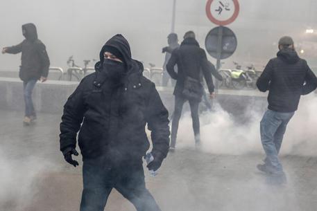Scontri a Bruxelles, carica della polizia contro i manifestanti © EPA