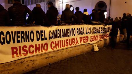 Bruciato manichino Di Maio durante protesta Ncc a Roma