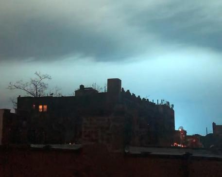 A New York l'esplosione della centrale elettrica fa gridare all'invasione aliena