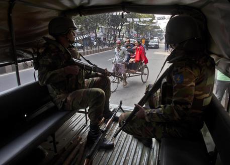 Alta tensione per le elezioni in Bangladesh: 12 morti, spenta una tv