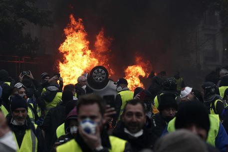 Francia, arresti di massa alla protesta dei liceali: scoppia la polemica