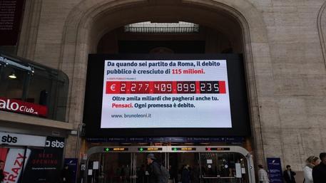 Il 'contatore del debito pubblico' presente sul Maxi-Led della Stazioni di Milano Centrale © ANSA