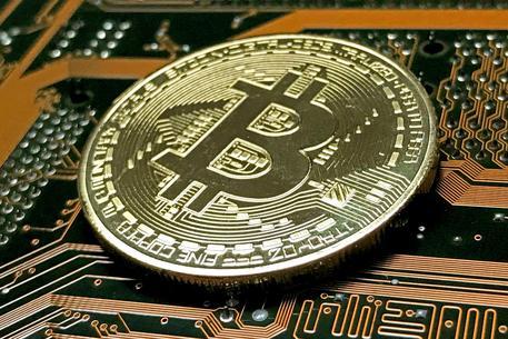 Bitcoin crolla: -13% sotto i 6mila dollari
