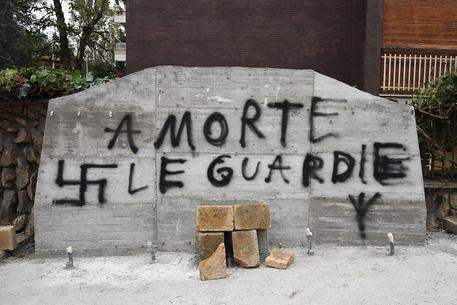Roma. Oltraggio alla memoria di Aldo Moro, svastiche sulla sua lapide