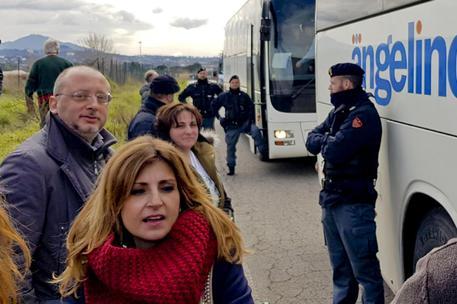 De Magistris a Roma:Ps ferma bus con vicesindaco e assessore