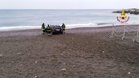 Sturla, finisce con l'auto sulla spiaggia e affonda nella sabbia foto