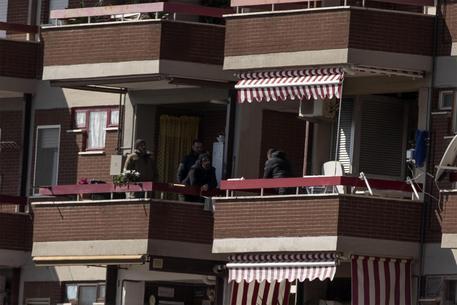Un momento della trattativa tra le forze dell'ordine, sul balcone di sinistra, e il carabiniere Luigi Capasso, sul balcone di destra © ANSA